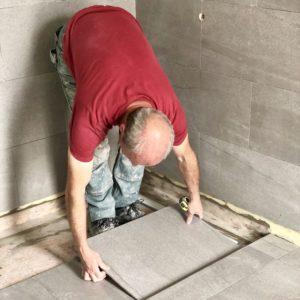 carreleur entrain de poser du carrelage pour une rénovation
